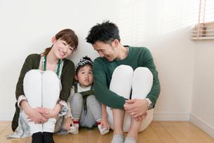 仲良し親子3人の写真素材 [FYI03057951]