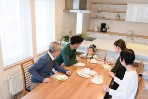孫のお誕生日会の写真素材 [FYI03057952]