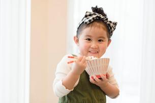 ご飯を頬張る女の子の写真素材 [FYI03057953]