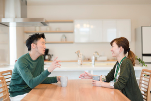 会話をしている夫婦の写真素材 [FYI03057954]