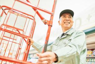スーパーでマネージャーとして働くシニア男性 在庫管理の写真素材 [FYI03057960]