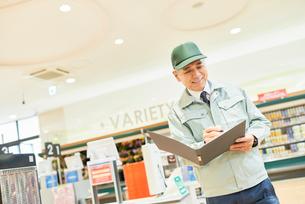 スーパーでマネージャーとして働くシニア男性 在庫管理の写真素材 [FYI03057961]