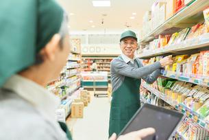 スーパーで働くシニアの男女 商品管理の写真素材 [FYI03057974]