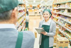 スーパーで働くシニアの男女 商品管理の写真素材 [FYI03057978]