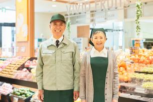 スーパーで働くシニアの男女の写真素材 [FYI03057984]