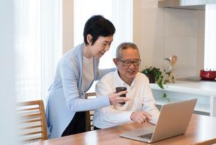 ノートパソコンでビデオチャットを楽しむ老夫婦の写真素材 [FYI03057986]