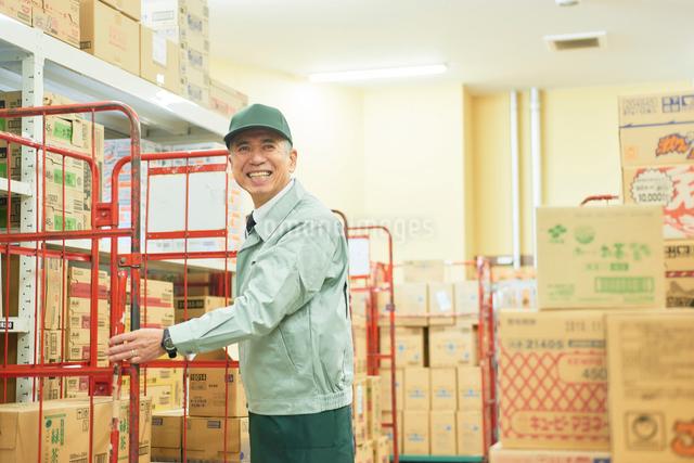 スーパーでマネージャーとして働くシニア男性 在庫管理の写真素材 [FYI03057987]