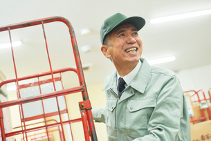スーパーでマネージャーとして働くシニア男性 在庫管理の写真素材 [FYI03057988]