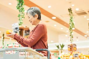 スーパーで買い物をするシニアの女性の写真素材 [FYI03057994]