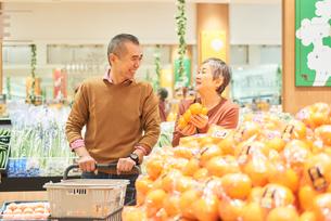 スーパーで買い物をするシニア夫婦の写真素材 [FYI03058005]