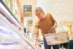 スーパーで買い物をするシニアの男性の写真素材 [FYI03058008]
