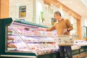スーパーで買い物をするシニアの男性の写真素材 [FYI03058010]