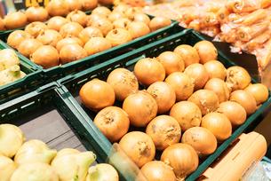 スーパーの売場に並ぶ玉ねぎの写真素材 [FYI03058012]