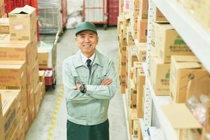 スーパーでマネージャーとして働くシニア男性 在庫管理の写真素材 [FYI03058024]