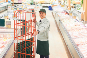 スーパーでマネージャーとして働くシニア男性の写真素材 [FYI03058027]