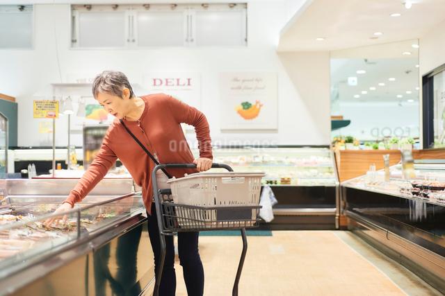 スーパーで買い物をするシニアの女性の写真素材 [FYI03058030]