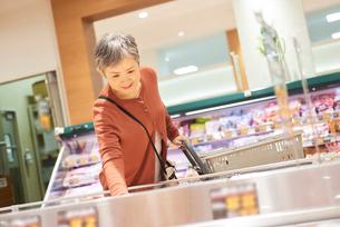 スーパーで買い物をするシニアの女性の写真素材 [FYI03058031]