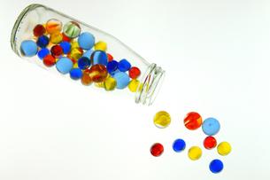 ガラス瓶とビー玉の写真素材 [FYI03058381]
