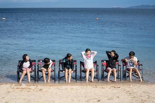 海水浴中の女の子たちの写真素材 [FYI03058571]