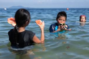 西瓜を食べる男の子の写真素材 [FYI03058581]
