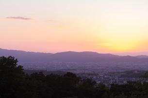 京の朝焼けの写真素材 [FYI03058788]