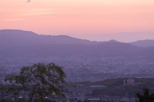 京の朝焼けの写真素材 [FYI03058792]