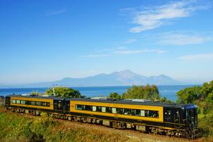雲仙普賢岳と有明海をバックに走行する「A列車で行こう」の写真素材 [FYI03059076]