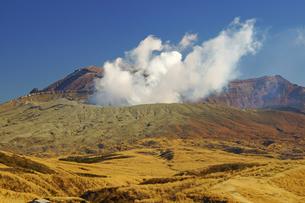 冬の阿蘇中岳火口の写真素材 [FYI03059102]