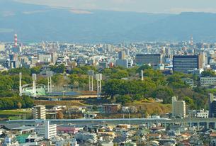 復旧工事中の熊本城バックに走行する九州新幹線の写真素材 [FYI03059129]