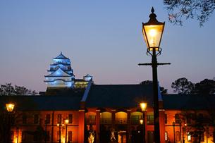 ライトアップされた姫路城と姫路市立美術館の写真素材 [FYI03059312]