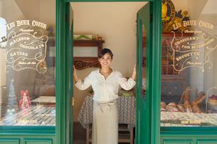 パン屋で働く主婦の写真素材 [FYI03059433]