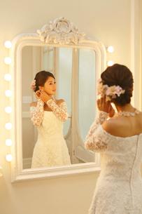 鏡を見る美しい新婦の写真素材 [FYI03059447]