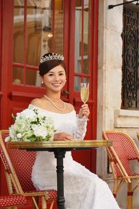 海外イメージのカフェで寛ぐ美しい花嫁の写真素材 [FYI03059484]