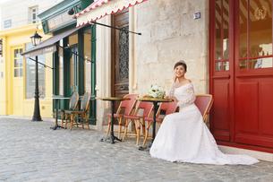 海外イメージのカフェで寛ぐ美しい花嫁の写真素材 [FYI03059492]