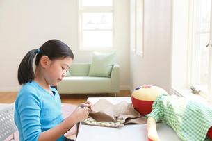 裁縫を楽しむ女の子の写真素材 [FYI03059511]