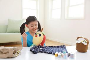 裁縫を楽しむ女の子の写真素材 [FYI03059516]