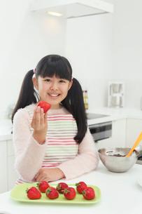 バレンタインのチョコレートを作る女の子の写真素材 [FYI03059518]
