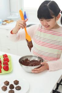 バレンタインのチョコレートを作る女の子の写真素材 [FYI03059522]