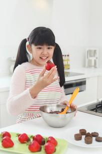 バレンタインのチョコレートを作る女の子の写真素材 [FYI03059524]