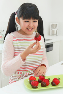 バレンタインのチョコレートを作る女の子の写真素材 [FYI03059526]