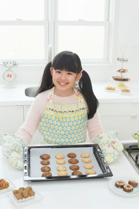 クッキーを作る女の子の写真素材 [FYI03059529]
