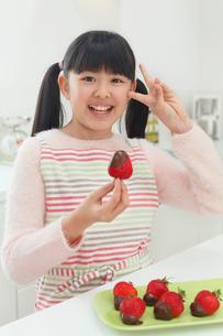 バレンタインのチョコレートを作る女の子の写真素材 [FYI03059541]