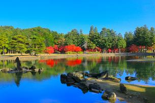 毛越寺の紅葉と大泉が池の写真素材 [FYI03059709]