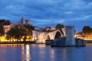 Bridge St. Benezet over the Rhone with Notre Dame des Domsの写真素材 [FYI03059746]