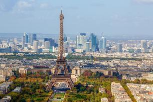 Eiffel tower in front of high-rise La Defense quarterの写真素材 [FYI03059752]