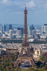 Eiffel tower in front of high-rise La Defense quarterの写真素材 [FYI03059753]