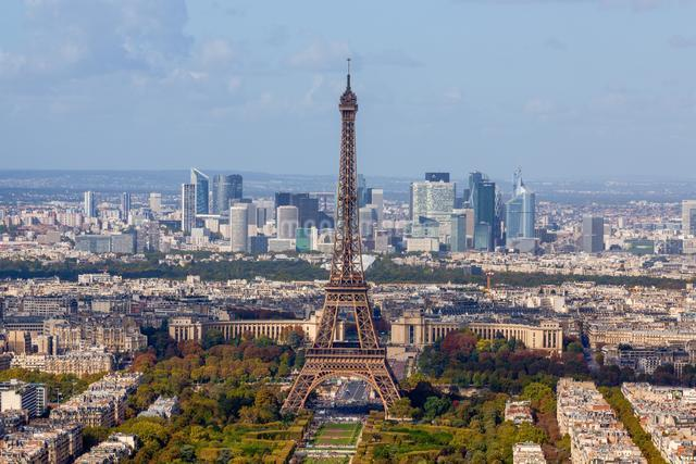 Eiffel tower in front of high-rise La Defense quarterの写真素材 [FYI03059755]