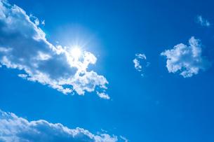 青空と太陽の写真素材 [FYI03059784]