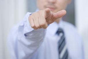 指を指すビジネスマンの写真素材 [FYI03059893]