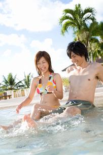 プールのカップルの写真素材 [FYI03059901]